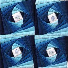 ツイストログキャビンキルト ツイストログキャビンとは直訳すると「ねじれた丸太小屋」のこと。細長い三角形を中心の四角を囲むように次々とつなげていくパターンです。 この作品はブルー系のグラデーションを7枚交互につないだものを4枚つなぎました。