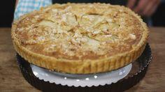 Amandel-perentaart - jeroen meus de taartbodem: 1 vel rond bladerdeeg klontje boter bloem de amandelvulling: 120 g boter (op kamertemperatuur) 100 g suiker 200 g amandelpoeder 140 g bloem 2 eieren 1 dl melk 1 vanillestokje de peren: 2 peren (bv. Doyenne) de topping: 2 eetlepels suiker amaretto 50 g amandelschilfers