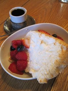 Gluten-free Angel Food Cake with Berries Gluten Free Angel Food Cake, Gluten Free Deserts, Gluten Free Sweets, Gluten Free Cakes, Foods With Gluten, Gluten Free Baking, Dairy Free Recipes, Gluten Free Pie, Food Network Recipes