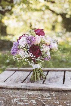 Brautstrauß Violett und Weiß Brautstrauß VIntage-Strauß mit violetten Rosen und Schleierkraut | Foto: Marie-Christine Möller