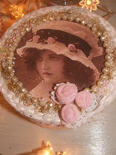 """boîte à bijoux shabby chic n°3""""jolie fillette d'antan"""" rose et blanche ,diamètre de 15 cm : Boîtes, coffrets par artisannelise"""