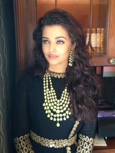 Aishwarya Rai Bachchan inaugurates Kalyan Jewellers in Delhi | PINKVILLA