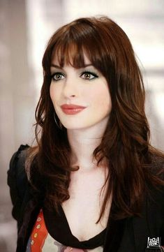 We love to Anne Hathaway's short hair. She won the affection of the whole world with its natural beauty. natural hair color is brown. You can use the and as a hair dye. and can be used as a hair dye. You can use hair dye Full Fringe Hairstyles, Cool Hairstyles, Fringe Haircut, Hairstyles 2018, Haircut Bangs, Fringe Bangs, Hairstyle Ideas, Anne Hathaway Short Hair, Anne Hathaway Makeup