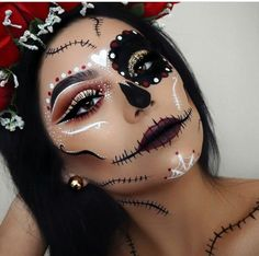 Are you looking for inspiration for your Halloween make-up? Check out the post right here for cool Halloween makeup looks. Girl Halloween Makeup, Fröhliches Halloween, Pretty Halloween, Halloween Costumes, Halloween Makeuo, Zombie Makeup, Sugar Skull Halloween Makeup, Sugar Skull Costume Diy, Vintage Halloween
