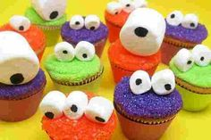 HALLOWEEN: googly-eyed monster mini cupcakes for Celebrations (cookie monster cupcakes simple) Monster Cupcakes, Monster Party, Mini Monster, Monster Birthday Parties, Monster Eyes, Cookie Monster, Monster Cook, Monster Treats, Monster Mash
