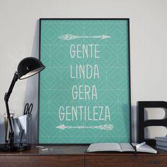 Este lindo pôster que trazemos gentilmente pra você, vai ficar lindo na sua parede. Ele combina tipografia, traços geométricos, ilustração e muito amorzinho!