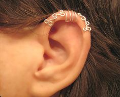 Diese Ohr-Manschette erfolgt am oberen Ohr getragen werden. Es zeigt hier blass Silberton. Kein piercing ist für diese Manschette
