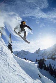 """#snowboard #sport #fun #snow #fototapeta #extream #hobby #wnetrza #sciany #dekoracja Jeszcze moment, jeszcze chwila i zimowe sportowe """"szaleństwo"""" będzie można uznać za rozpoczęte. Fototapeta dla Fanów Snowboardu http://dekorujemysciany.pl/snowboardzista-skaczacy-z-gory-49.html"""