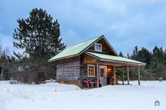 This is a year old Finnish Log Cabin that has been modernized and is now available as a vacation rental in Biwabik, Minnesota. It's called the Green Gate Log Cabin. Tiny Log Cabins, Old Cabins, Small Log Cabin, Little Cabin, Log Cabin Homes, Cabins And Cottages, Rustic Cabins, Tiny House Swoon, Tiny House Cabin