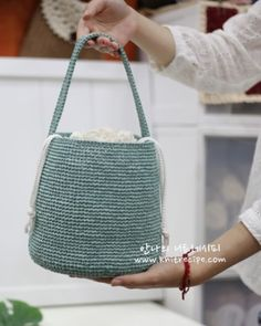 Crochet Jewelry Patterns, Crochet Accessories, Yarn Bag, Crochet World, Macrame Bag, Fabric Bags, T Shirt Yarn, Little Bag, Knitted Bags