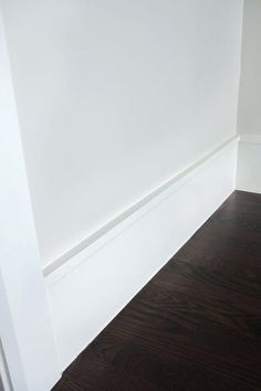 In this article, you will be able to have a clear overview on the baseboard (baseboard styles, base molding or the trim that goes along the bottom of the wall right beside the flooring), and on the importance, it has in furnishing a home. Baseboard Styles, Baseboard Trim, Baseboard Ideas, Bathroom Baseboard, Bathroom Flooring, Wainscoting, Crown Molding Modern, Farmhouse Flooring, Farmhouse Trim