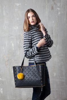 Borsa shopping bag in tessuto matelassè e inserto a contrasto Pon pom a contrasto