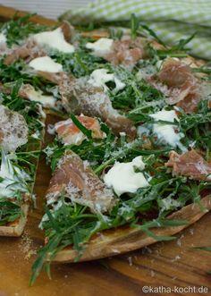 Pizza mit Parmaschinken, Rucola und Parmesan - Katha-kocht!