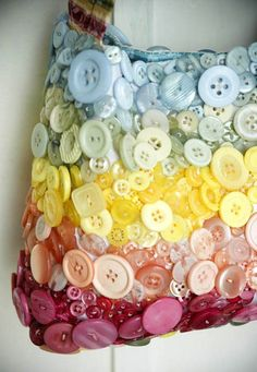 Bolso reciclar botones de colores  divertido alegre DIY Rainbow button purse.  Upcycled Love the idea
