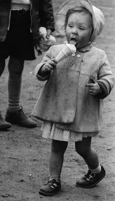 Further proof of this as seen in this 1956 photo. 14 Ridiculously Adorable Vintage Pics Of Kids With Ice Cream Vintage Children Photos, Images Vintage, Photo Vintage, Vintage Pictures, Vintage Photographs, Old Pictures, Old Photos, Vintage Ads, Vintage Sweets