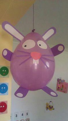 Lapin de Pâques fait avec un ballon de baudruche
