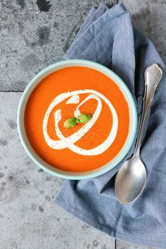 Recept: Paprikasoep met tomaat - Jaimy's Kitchen Soup Recipes, Healthy Recipes, Healthy Food, Butter Chicken, Thai Red Curry, Food Porn, Good Food, Food And Drink, Snacks