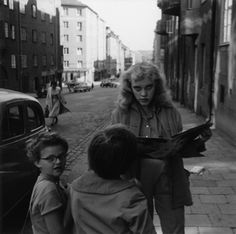 Swedish photographer Gunnar Smoliansky spent his creative time in Stockholm during the but the images that he captured are relative and captivating Vintage Photographs, Black And White Photography, One Pic, Old Photos, Street Photography, Monochrome, 1950s, People, Pictures