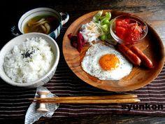 目玉焼きの和定食で朝ごはん