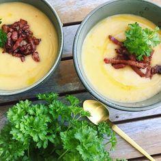 En lækker lunende suppe lavet på kartofler, porre, gulerødder og chili. Serveret med sprødt bacon og frisk persille ✌🏼Opskriften ligger på www.mummum.dk🐝