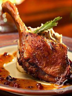L'Anatra al forno con purè aromatico è un secondo piatto raffinato e saporito. Una ricetta facile ma dal risultato sorprendente.