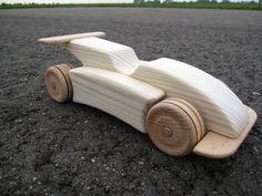 Houten formule 1 auto!! ingeolied 20,- euro verzendkosten 3 euro leodumont@home.nl