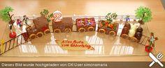 Zug-Kuchen mit aufgemalten Schoko-Schienen