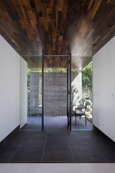専門家:Kumi Inoueが手掛けた、玄関(堺・槙塚台の家)の詳細ページ。新築戸建、リフォーム、リノベーションの事例多数、SUVACO(スバコ) House Design, Small Entrance, Entrance Design, Exterior Design, Modern Exterior, Modern Japanese Architecture, House Entrance, House On The Rock, Hotel Entrance