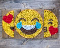 Oeil de coeur doux, moderne et amusant en amour emoji jaune fils tendus mur décoration pour donner cette ambiance particulière dans votre chambre ou pour être ce cadeau spécial quelquun pour la Saint Valentin ou toute autre occasion. Cadeau idéal pour les membres de la famille ou des amis qui aiment à utiliser les emoji lors de la communication via les réseaux sociaux. Connaissez quelquun qui répond habituellement à vos messages long qu'avec un emoji... Eh bien c'est votre chance d'emoji…