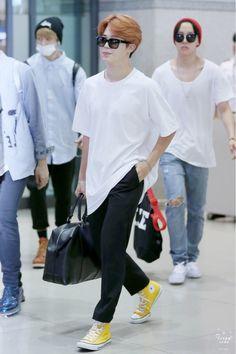 Jimin (Bts) -- can I be your yellow converse high? hahahah okay ew Jimin Airport Fashion, Bts Airport, Airport Style, Kpop Fashion, Korean Fashion, Bts Jimin, Bts Bangtan Boy, Park Ji Min, Converse High