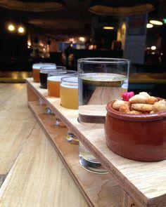 A busca pelo bar perfeito continua! E esse em Amsterdam tem lugar entre os melhores! A régua de degustação vem com água e petisquinho ❤️❤️