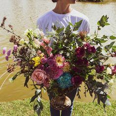 """Floristas por Caroline Piegel no Instagram: """"[Dia do Florista] ⠀⠀⠀⠀⠀⠀⠀ Entre tantas funções aqui do ateliê, ser florista é uma delas. ⠀⠀⠀⠀⠀⠀⠀ E em meio a esta crise, foi esta profissão…"""""""
