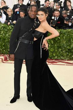 The first Monday in May annually brings together the great and the good from the realms of fashion and film for the Met Gala. See all of the Met Gala 2018 dresses and outfits straight from the red carpet, below. Kylie Jenner Met Gala, Moda Kylie Jenner, Kylie Jenner Style, Black Dress Red Carpet, Red Carpet Looks, Blake Lively, Bella Hadid, Rihanna, Madonna