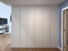 Armario moderno en color blanco cerrado Wardrobe Doors, Tall Cabinet Storage, Closet, Kitchen, Furniture, Home Decor, Modern Closet, White Colors, Kitchens