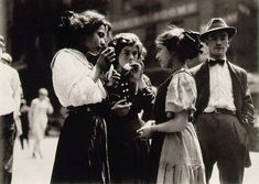 Lewis Hine Lunch Time, New York 1910 © George Eastman House History Of Photography, Vintage Photography, Amazing Photography, Street Photography, Art Photography, August Sander, Henri Cartier Bresson, Edward Weston, Richard Avedon