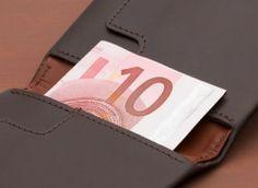 Bellroy Slim Sleeve Wallet: - Schlankes Design für eine schlanke Geldbörse- Zieh-Lasche für Karten, die man seltener braucht- Scheine können zwei- oder dreifach gefaltet werden- Pflanzlich gegerbtes Premium-Kuhfell- Mit drei Jahren Garantie ArtNr 9343783000715