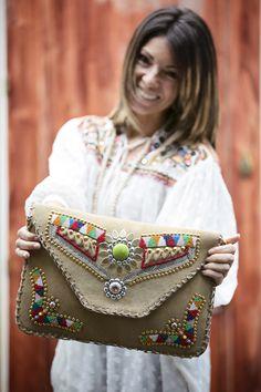 www.alicerisesup.com Handmade Handbags, Handmade Bags, Pochette Diy, Fashion Bags, Fashion Accessories, Diy Sac, Embroidery Bags, Jute Bags, Boho Bags