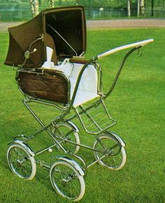 """SVENSKTILLVERKADE BARNVAGNAR EMMALJUNGA 170  Från samma år – alltså 1970 - är denna sittdel, som man kunde använda till många av Emmaljungas chassin som fanns då. Bra med """"gallerfotstödet""""!  Det var ett minus att den var så väldigt hög och att man hade en lustig känsla av att korgen skulle trilla av, då man körde vagnen (fast den förstås var ordentligt ditsatt!)  Fanns både i vävplast och textil. Celluloidhandtag, lite tunt.  Vikt ca 17,5 kg."""