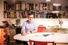 El estudio de Joan Gaspar es un espacio íntimo resguardado del bullicio, donde los prototipos y piezas del diseñador configuran el espacio.