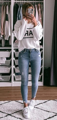 Perfect Spring Outfits To Copy ASAP white crew-neck sweater The post Perfect Spring Outfits To Copy ASAP appeared first on Frisuren Tips - Casual Outfit Jean Outfits, Sweater Outfits, Dance Outfits, White Sweater Outfit, 30 Outfits, Black Outfits, Sweater Fashion, Outfits Primavera, Outfit Des Tages