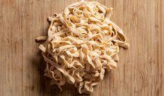 """Pokud jste ještě neslyšeli o těstovinách bez mouky nazývajících se grusetky, pak je ten správný čas je vyzkoušet. Jedná se o pečené """"těstoviny"""" z vajec a mozzarelly podle Lucie Grusové z blogu Paleo Snadno, které jsou hotové za pouhých pár minut. #recept #testoviny #grusetky #bezmouky #recipe #pasta #noflour Coconut Flakes, Spaghetti, Spices, Mozzarella, Low Carb, Ethnic Recipes, Paleo, Food, Lasagna"""