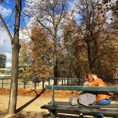 Tuileries #garden #embrace #love in the #autumn #sunshine #Paris (at Jardin des Tuileries)