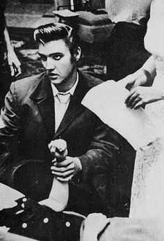 Elvis in Jacksonville in august 10 1956 with  fans.