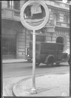 Archivo Gral de la Nacion 1934 Bs. As., esquina de Cangallo y Larrea; espejo dispuesto por la Dirección de Vialidad para facilitar el tránsito