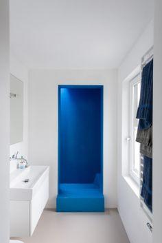 Contemporary bathroom: white and blue, fiberglass - design: Flinterdiep - photography by Klaarlicht