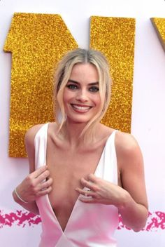 "Margot Robbie, Keeping It Together! – This super sexy top celebrity prevents a ""wardrobe malfunction"" while attending a red carpet ev – Arlequina Margot Robbie, Margo Robbie, Actress Margot Robbie, Margot Robbie Harley Quinn, Margot Robbie Bikini, Top Celebrities, Beautiful Celebrities, Beautiful Women, Celebs"