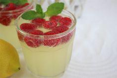 Besser kann ein Prosecco-Cocktail im Sommer nicht schmecken: Mit Himbeeren, Limoncello, Prosecco.