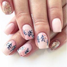 Pink and floral nails Pink Christmas, Christmas Nails, Hair And Nails, My Nails, Light Pink Nails, Nail Time, Christmas Nail Designs, Stylish Nails, Flower Nails