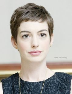 Anne Hathaway shows this trend of pixie cut hairstyle always makes her show up trendy and stunning on the special events. These 20 Good Anne Hathaway Pixie Cuts Funky Haircuts, Hot Haircuts, Very Short Haircuts, Pixie Hairstyles, Celebrity Hairstyles, Trendy Hairstyles, Hairstyle Short, Blonde Hairstyles, Layered Hairstyles