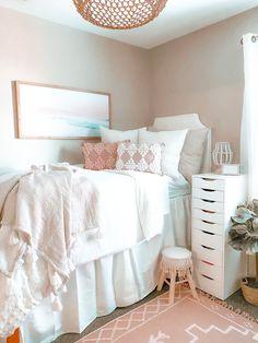 College Bedroom Decor, College Dorm Rooms, Room Ideas Bedroom, College Dorm Checklist, Girl College Dorms, College Packing Lists, College Dorm Bedding, Pink Dorm Rooms, Cute Dorm Rooms